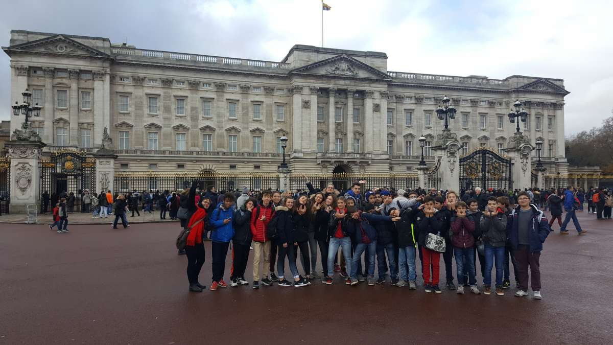 The exchange students pose in front of Buckingham Palace